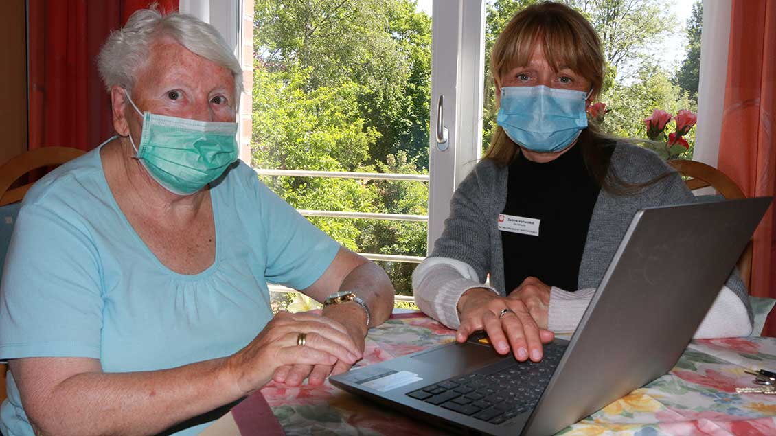 Heimbewohnerin Wilma Schilling und Heimleiterin Sabine Vohwinkel beim Videochat an einem Laptop.