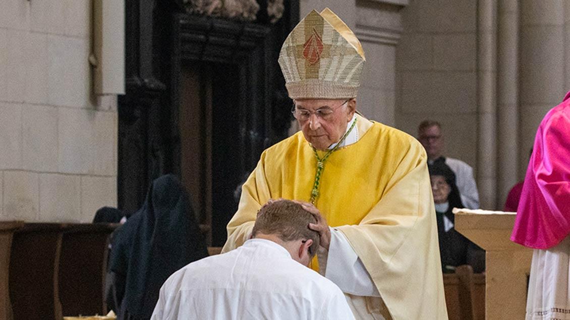 Bischof Felix Genn spendete Lars Schlarmann das Weihesakrament.