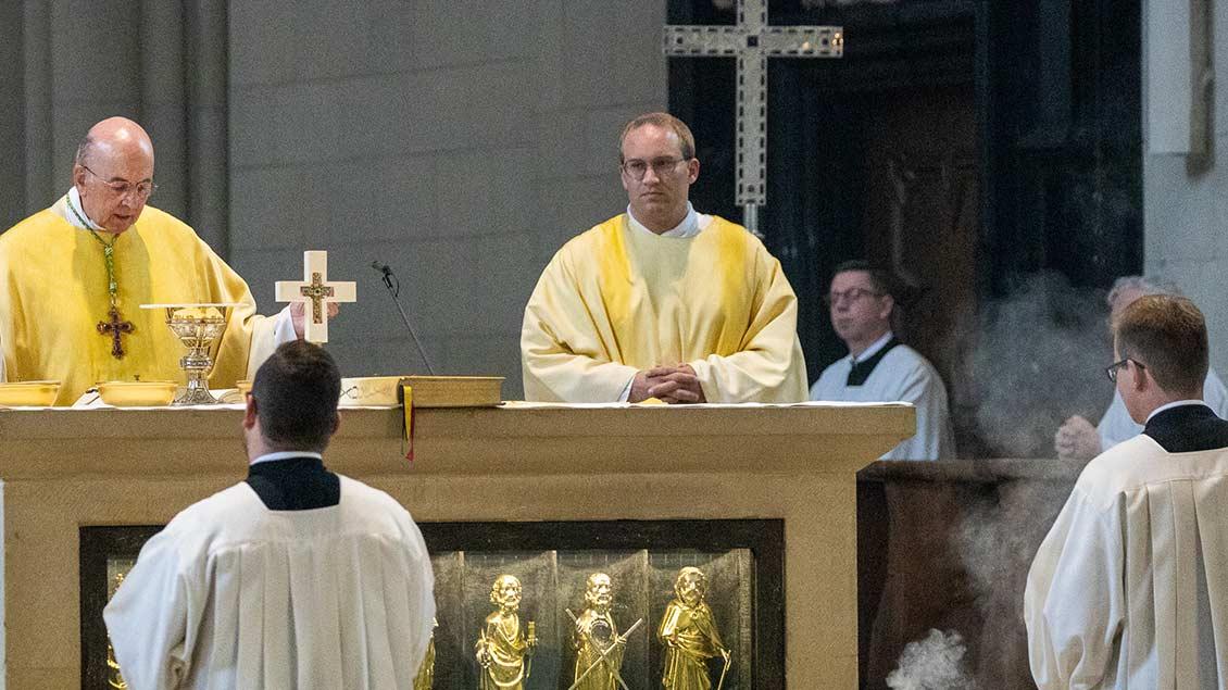 Nach der Weihe versah Lars Schlarmann erstmals seinen Dienst als Diakon (am Altar rechts).