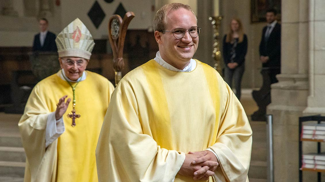 Glücklich zog Lars Schlarmann nach der Weihe mit Bischof Felix Genn aus dem Dom aus.