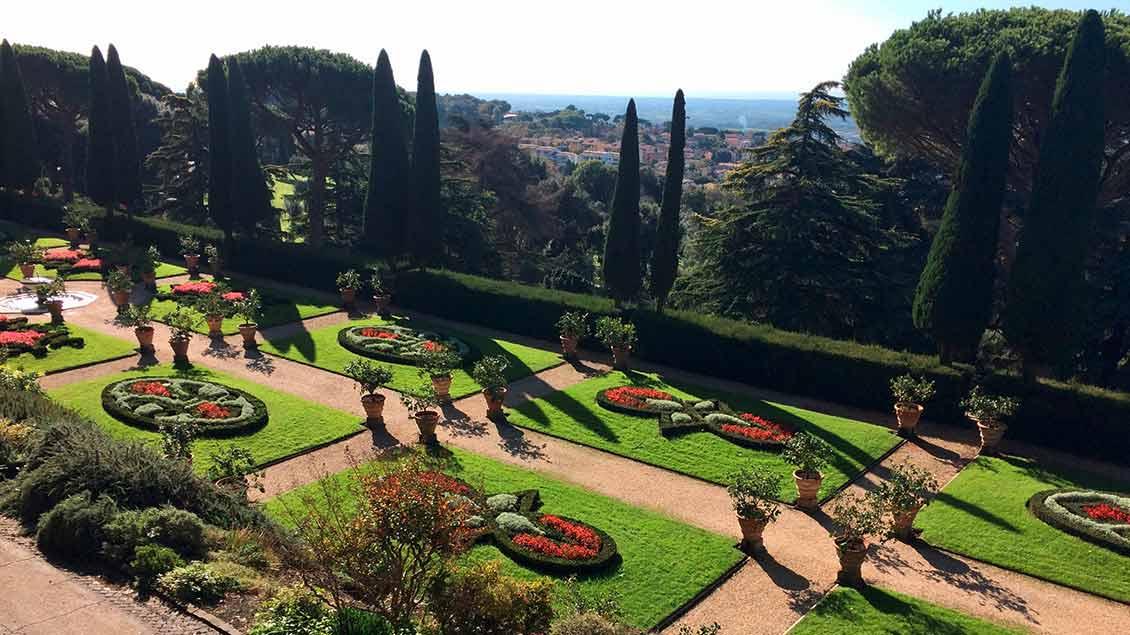 Blick von Castel Gandolfo über die päpstlichen Gärten