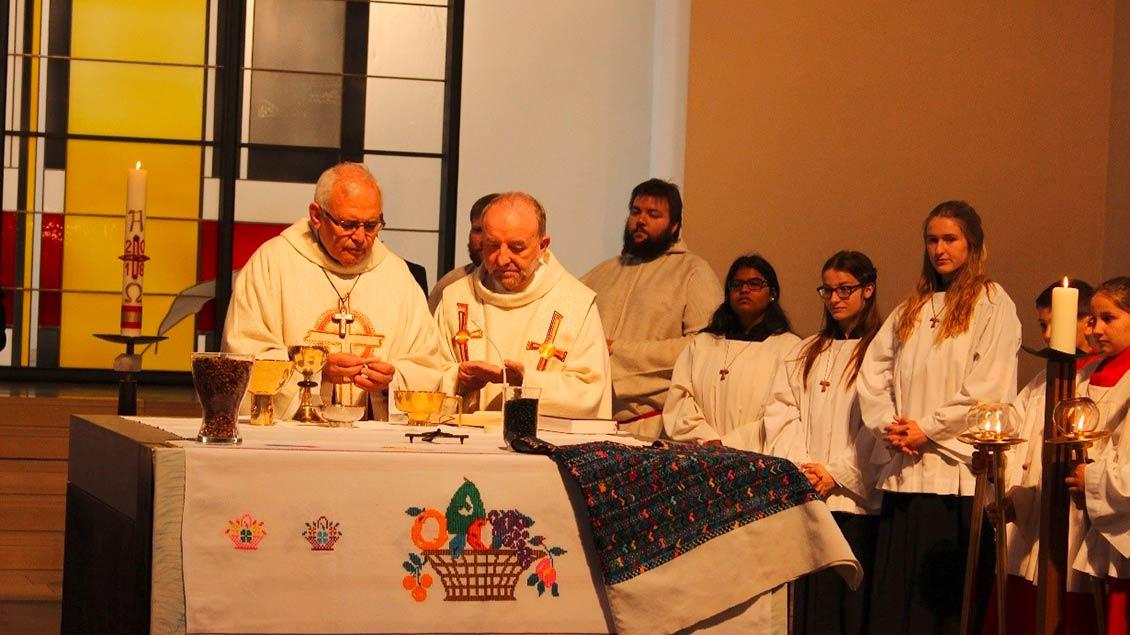 Besuch von Kardinal Ramazzini (links am Altar) 2018 in der St.-Antonius-Kirche in Recklinghausen. | Foto: privat