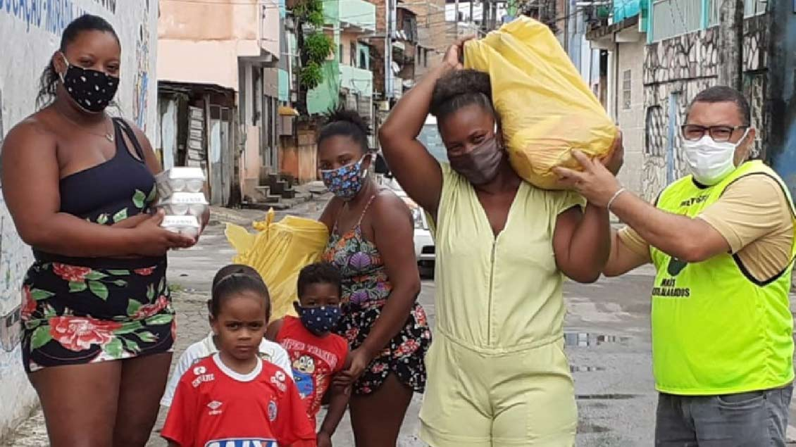 Kinder und Frauen in der Favela Novos Alagados bei Salvador