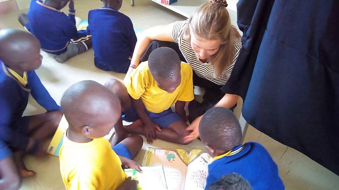 Ida Rose umringt von den Schulkindern in Gulu.