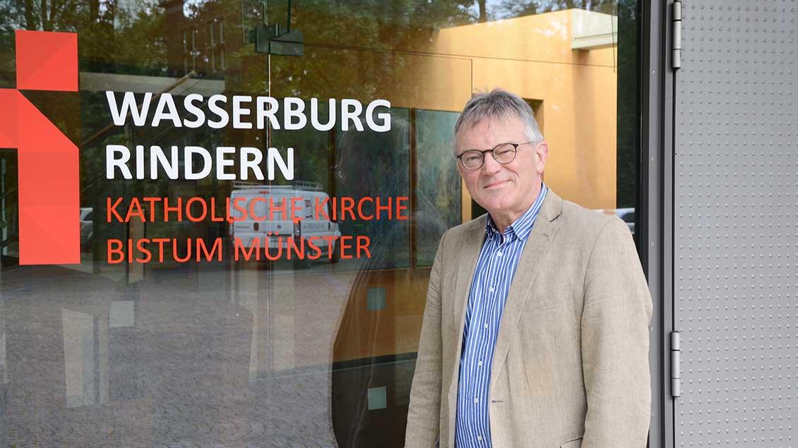 Kurt Kreiten vor der Wasserburg Rindern Foto: Jürgen Kappel