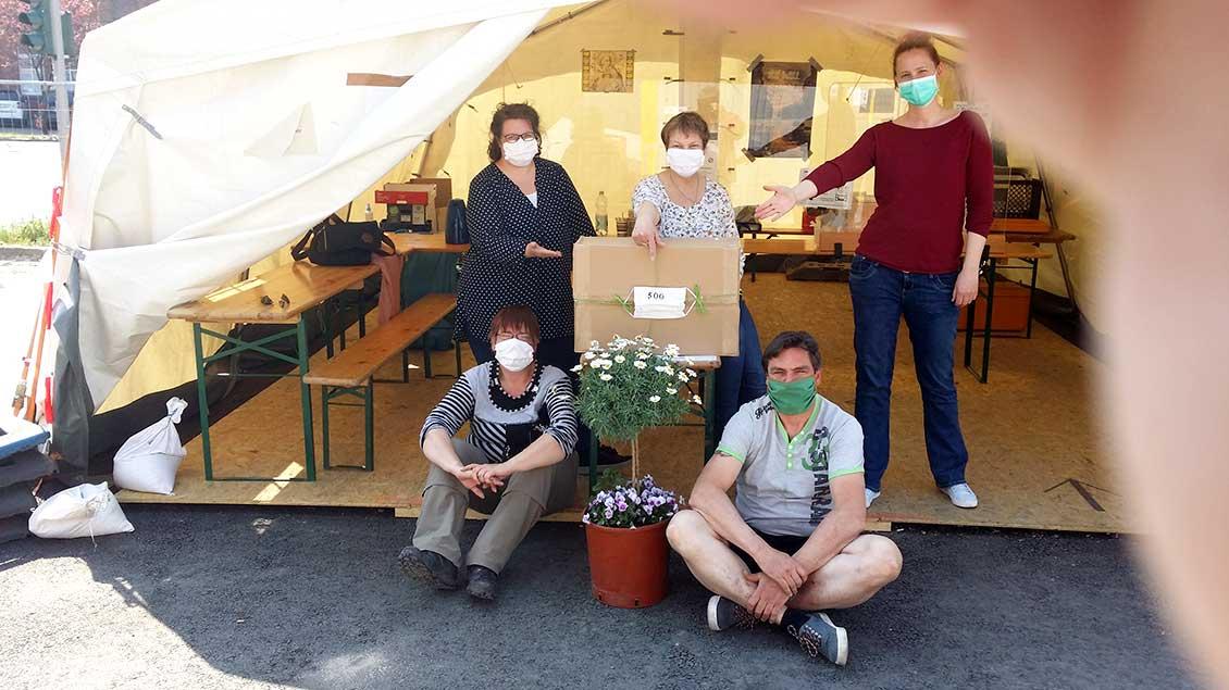 Anja Vadder (hinten von links) und Christel Wieland Schneider übergaben die Masken an Sandra Bracht vom Sozialdienst katholischer Frauen.