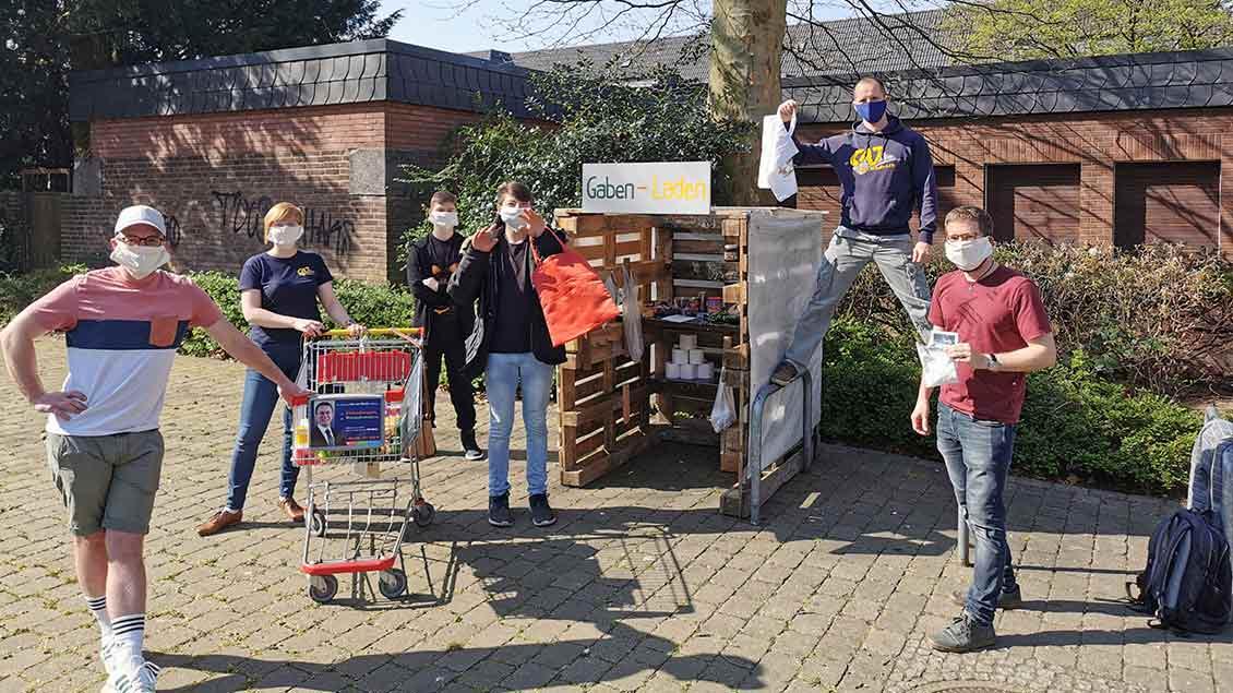 Jugendliche vor dem Gabenladen Foto: Robin Wagner (pd)