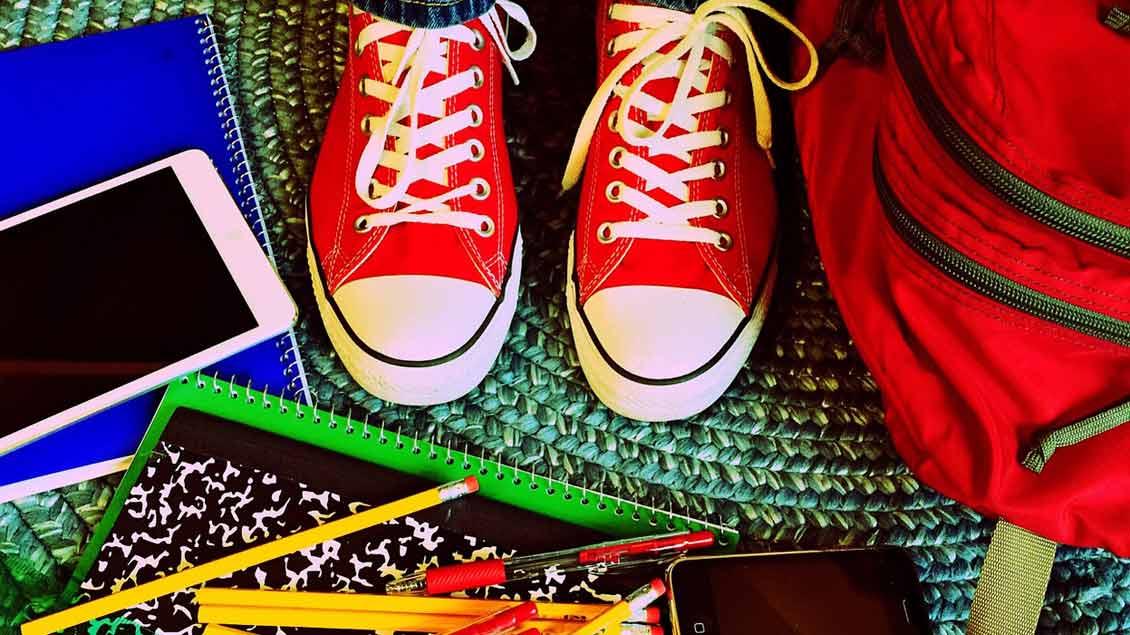 Schulsachen auf Fußboden