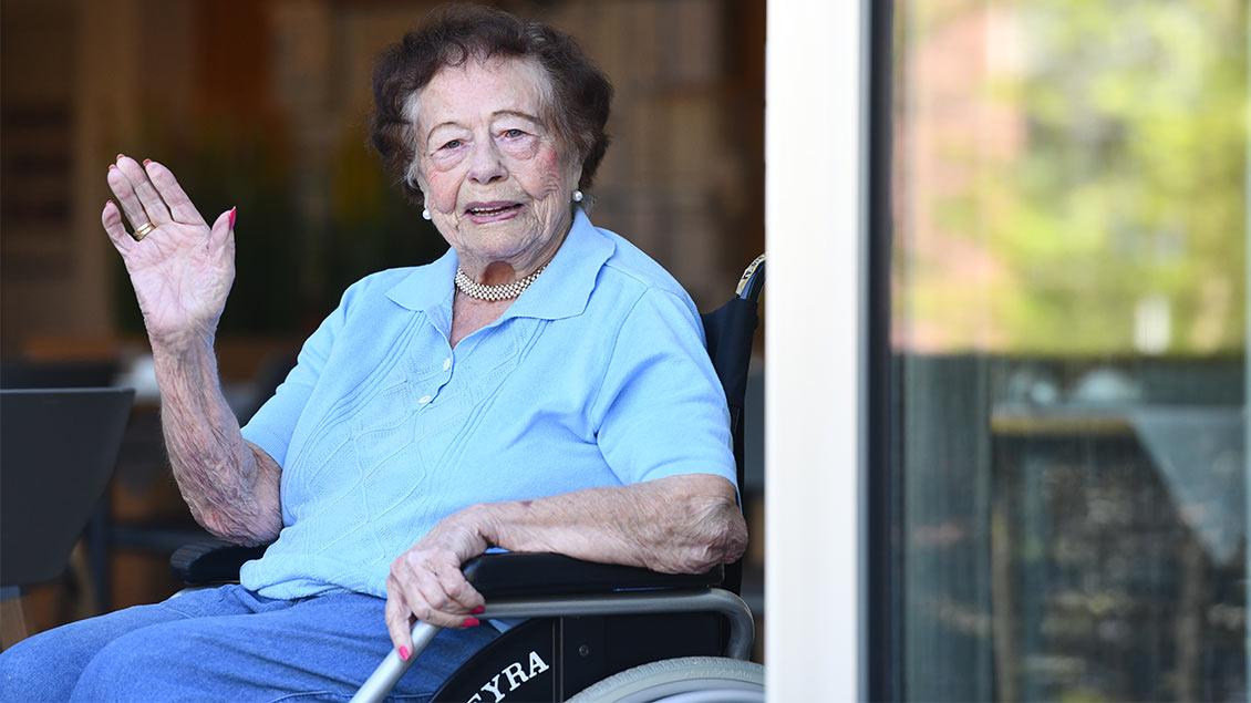 Getrud Weßler in ihren Rollstuhl am Fenster des Altenwohnheims Friedrichsburg