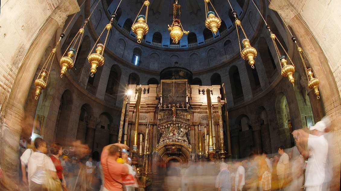 In der Grabeskirche in Jerusalem drängen sich Touristen um die Grabelege Jesu.