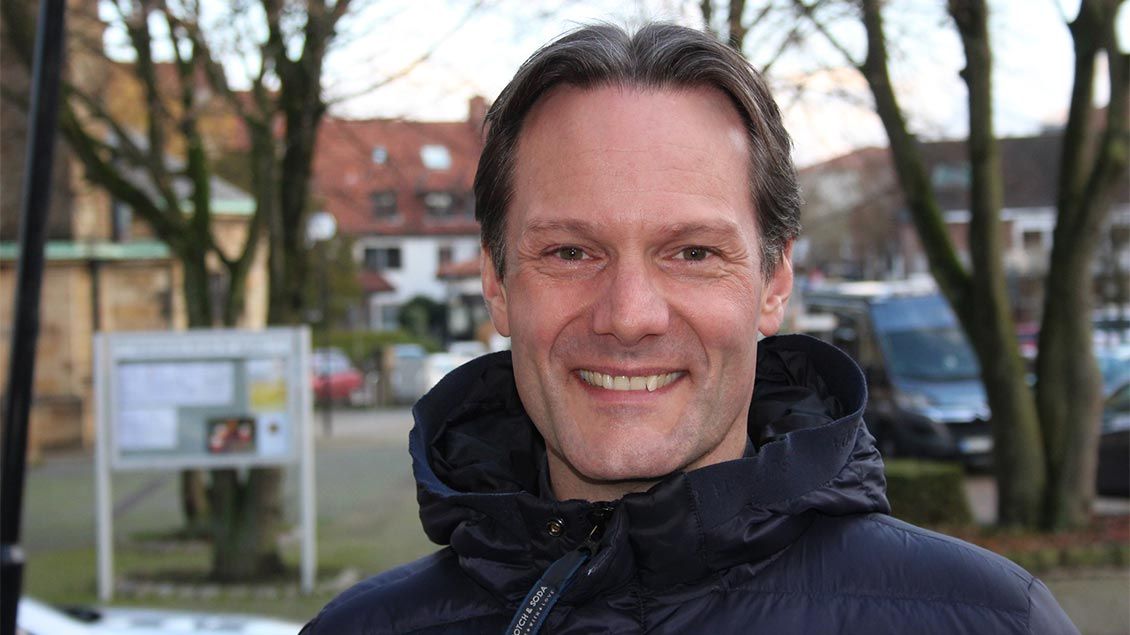 Pfarrer Timo Holtmann lächelt in die Kamera.
