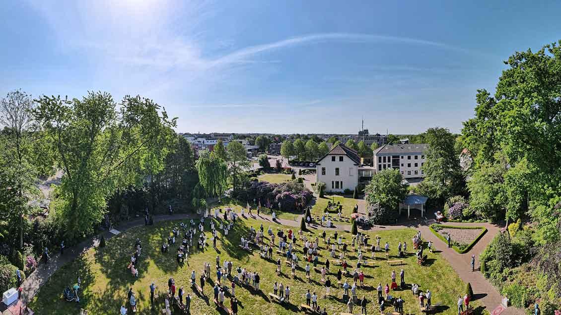 Luftaufnahme vom Freiluftgottesdienst im Garten des Offizialats in Vechta. Foto: Johannes Hörnemann