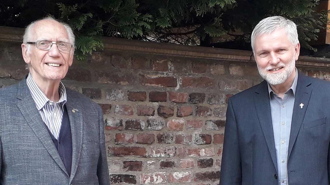 Pfarrer Ludwig Verst (r) und Hans Rütten