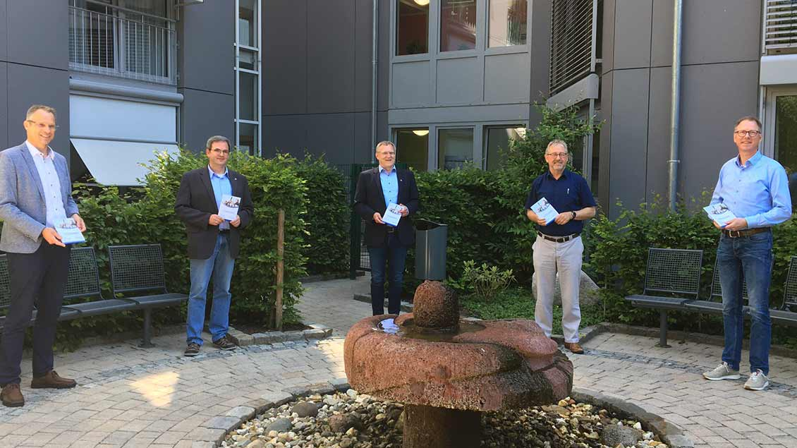 Pflegedienstleiter Aloys Freese und Stiftungsvorstand Matthias Hermeling haben ein Corona-Ethikkonzept für oldenburgische Altenheime vorgestellt