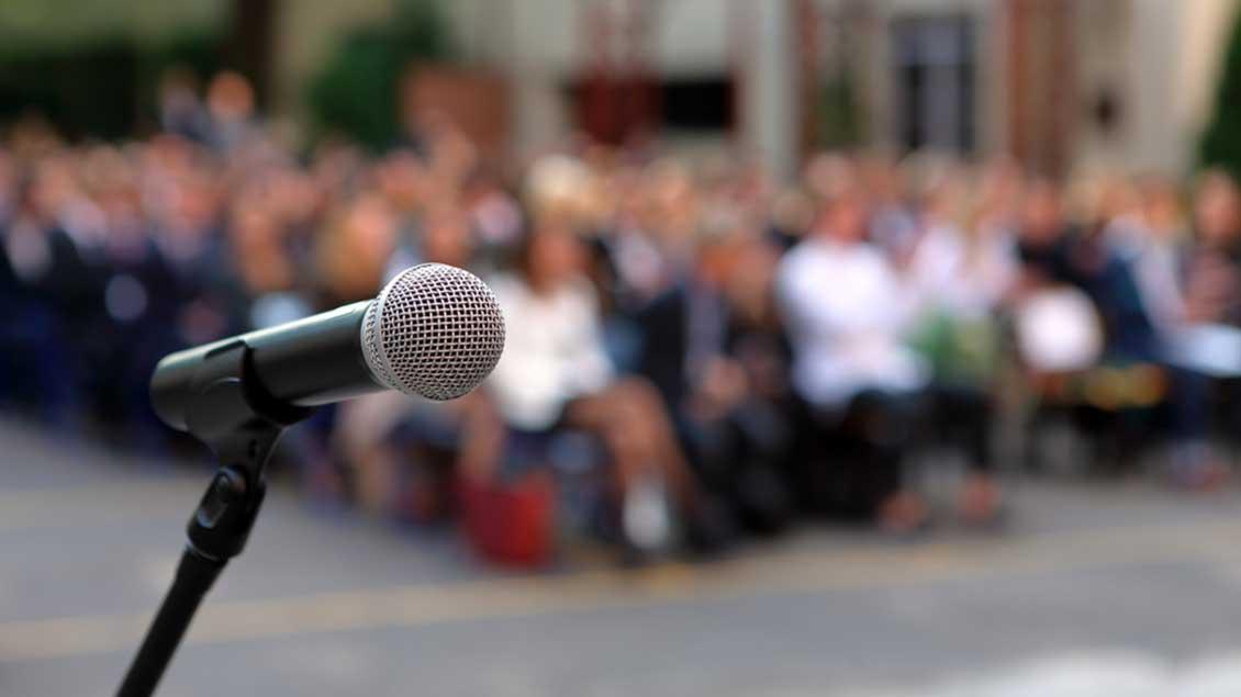 Mikrofon vor Zuhörerschaft