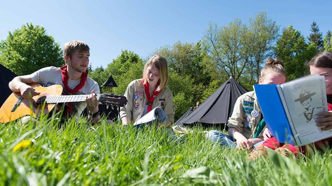 Jugendliche machen Musik im Ferienlager