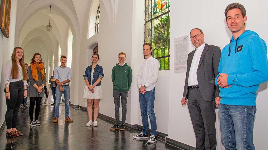 Die Schülerinnen und Schüler des Leistungskurses Religion mit ihrem Lehrer Dr. Mathias Henkel und Weihbischof Rolf Lohmann. Foto: Christian Breuer (pbm)