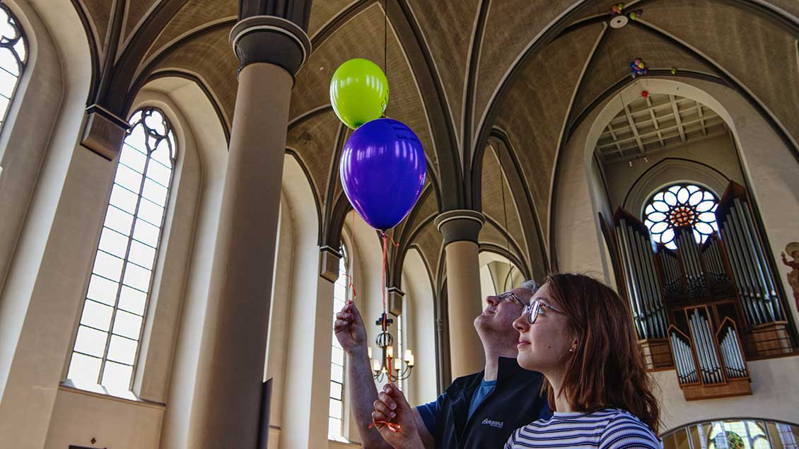 Abschluss des Geocachings: Wünsche steigen an Luftballons ins Gewölbe der Pfarrkirche von Delmenhorst.