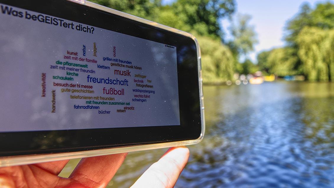 "Das Handy als Wegweiser bei der digitalen Schnitzeljagd: Aktion ""Geist bewegt Leben"" in Delmenhorst."