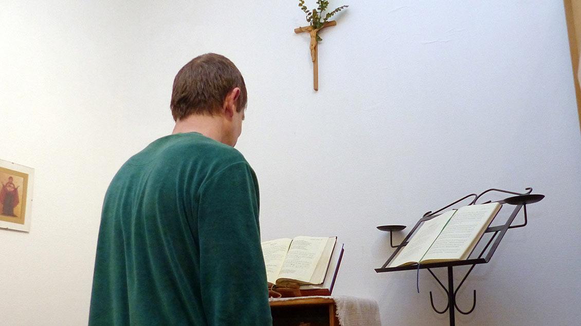 Andacht hinter dem Kleiderschrank: In einer Ecke seines Schlafzimmers hat sich Bruder Gereon Perse sein Oratorium eingerichtet. Foto: Franz Josef Scheeeben