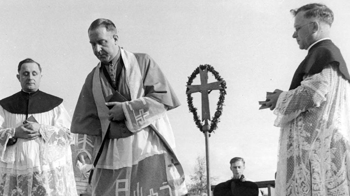 Aufbauarbeit in der Nachkriegszeit: Offizial Heinrich Grafenhorst (Mitte) bei der Grundsteinlegung der Kirche St. Hedwig in Ganderkesee (Kreis Oldenburg) am 23. April 1950. | Foto: Offizialats-Archiv
