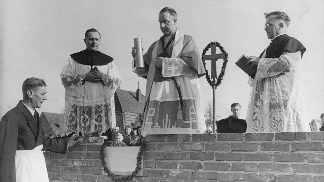 Aufbauarbeit in der Nachkriegszeit: Offizial Heinrich Grafenhorst (Mitte) bei der Grundsteinlegung der Kirche St. Hedwig in Ganderkesee (Kreis Oldenburg) am 23. April 1950. | Foto: Offizialatsarchiv