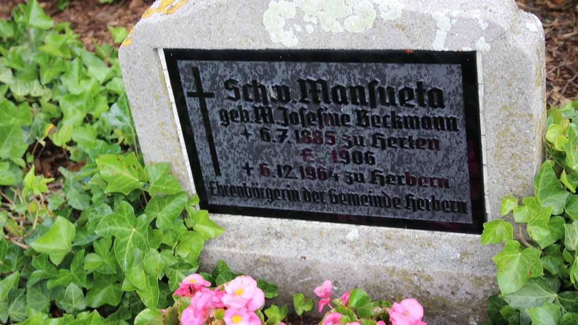 Grabstein von Schwester Manuseta (1885-1964), der Ehrenbürgerin von Herbern.