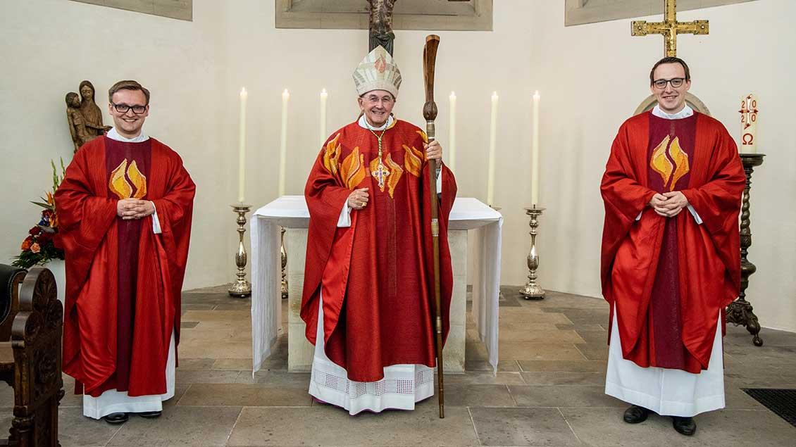 Jan Tasler (links) und Fabian Guhr (rechts) nach der Priesterweihe durch Bischof Felix Genn.
