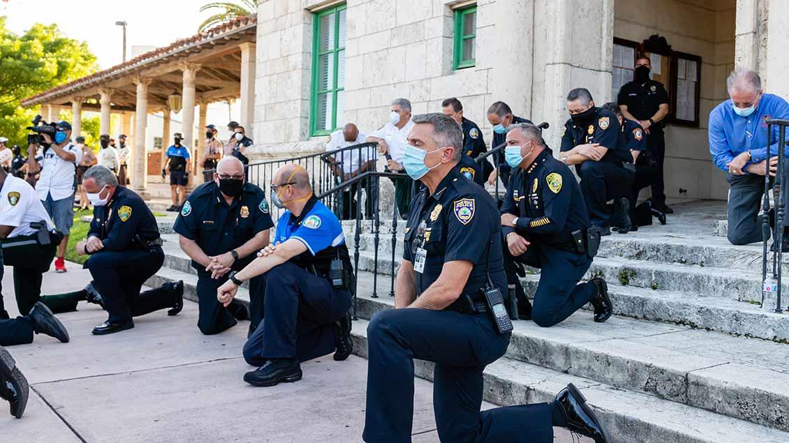 Polizisten in Coral Gables (Florida) schließen sich dem Kniebeugen-Protest an. | Foto: That One Photography (Shutterstock)