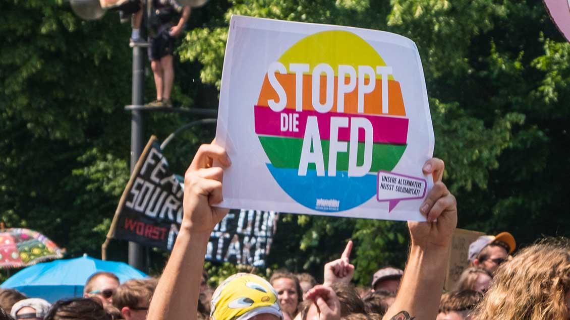 """Plakat mit der Aufschrift """"Stoppt die AfD"""""""