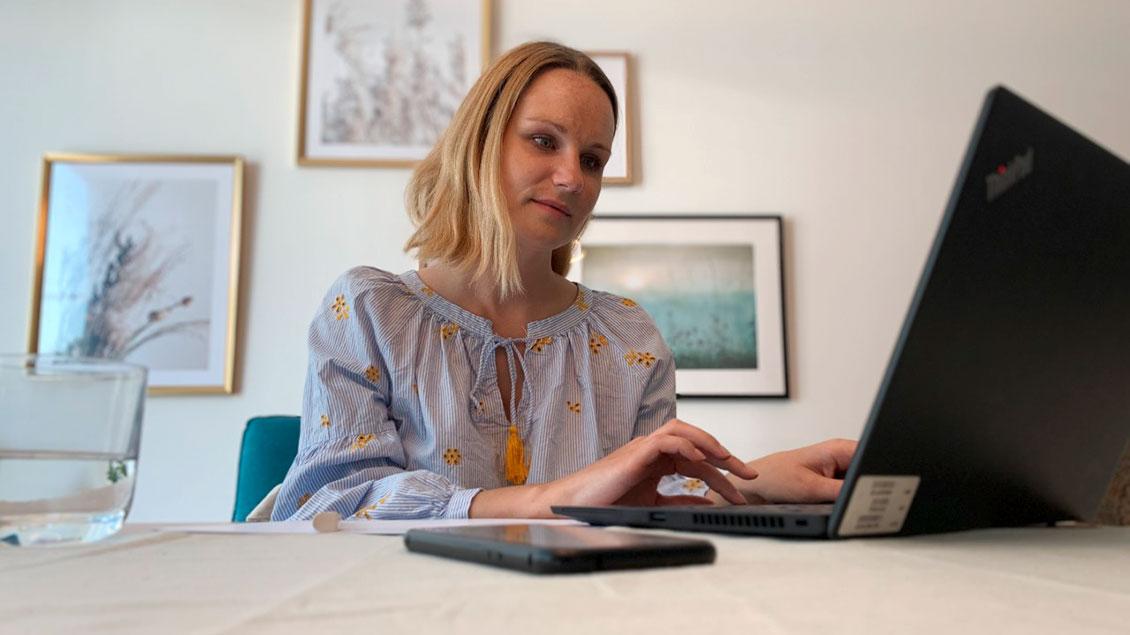 Pia Reich bereitet sich auf eine digitale Predigt vor.
