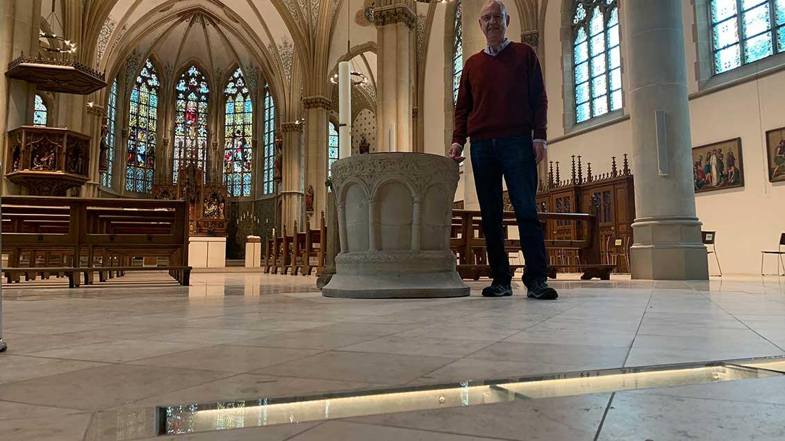 Über das leuchtende Bodenschaufenster in der Kirche St. Georg freut sich Pfarrer Peter Ceglarek, der am Sonntag aus Saerbeck verabschiedet wird.