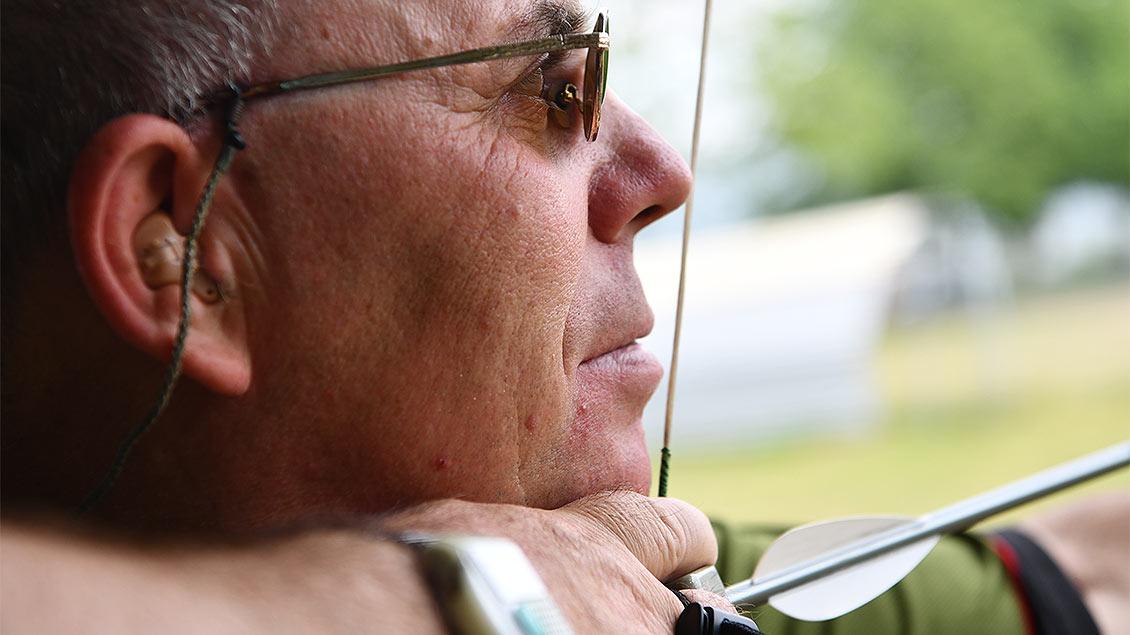 Dirk Hülsey spannt seinen Bogen.
