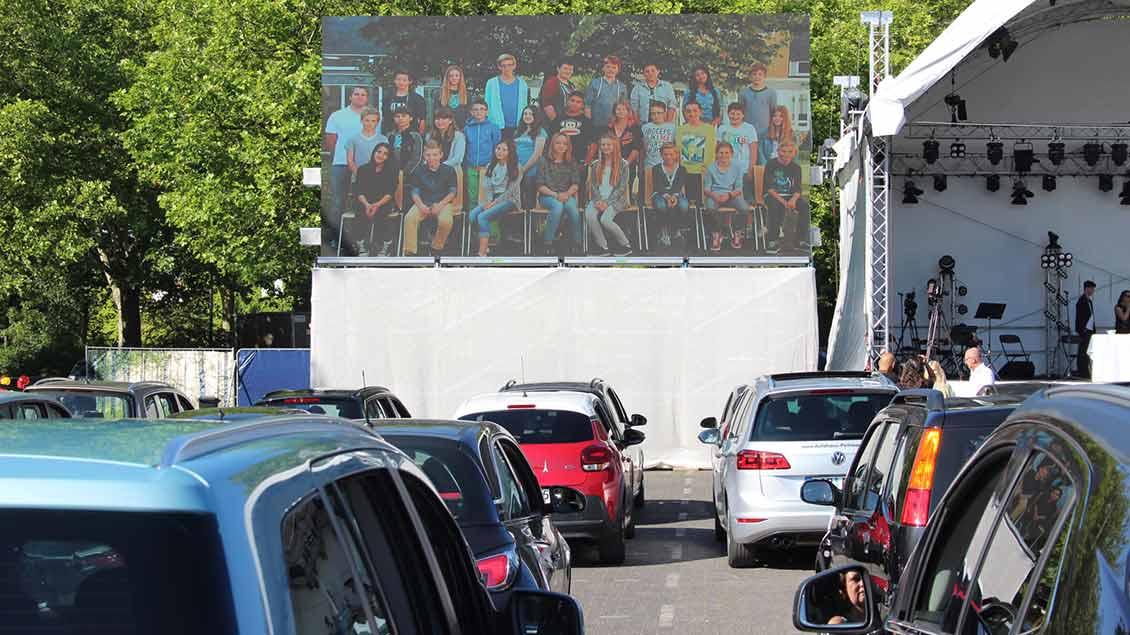 Auf einer Leinwand präsentierten sich die Abiturienten.  | Foto: Johannes Bernard