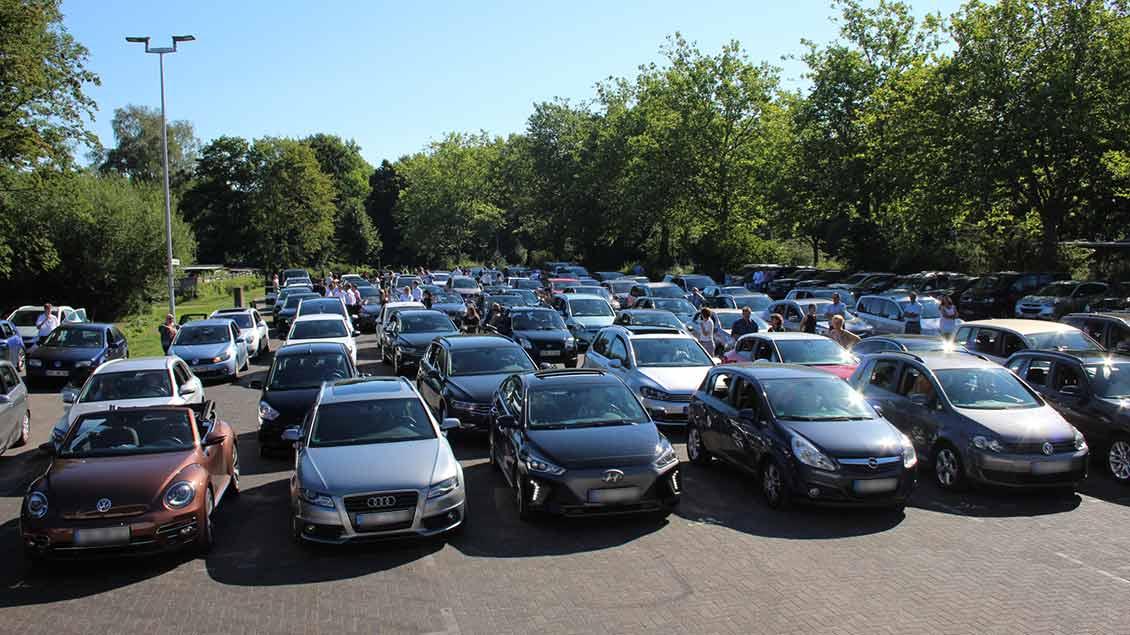 Im Autokino Borken feierten die Familien das Abitur des Gymnasiums Remigianum. | Foto: Johannes Bernard