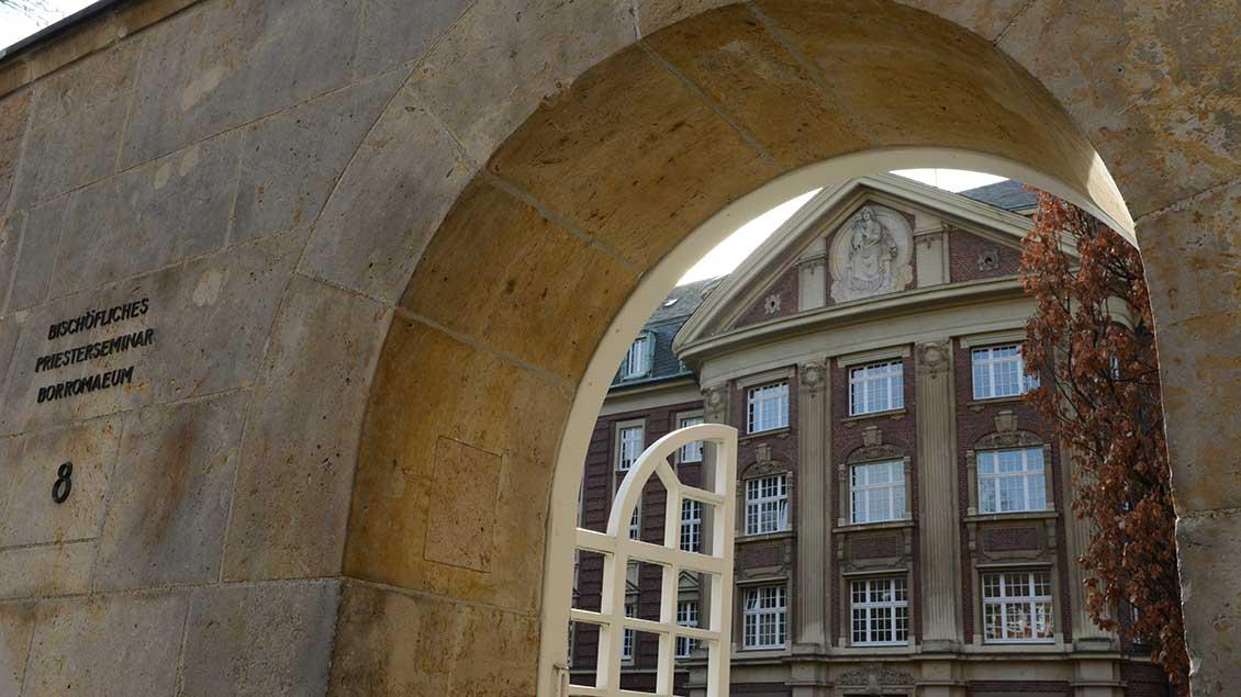 Eingang zum Bischöflichen Priesterseminar Borromaeum in Münster.