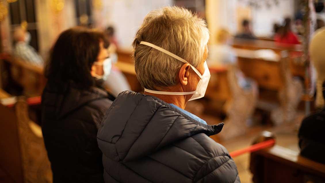 Gottesdienstbesucherinnen mit Mundschutz.