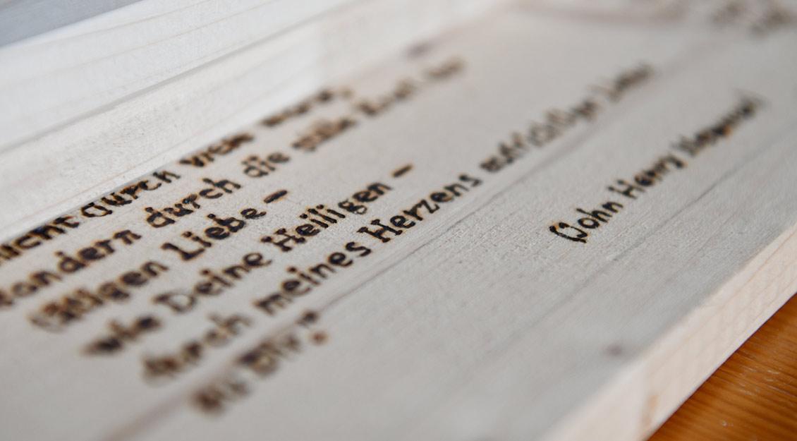 Das Gebet von John Henry Newman hat ein Häftling, den Paus als Gefängnisseelsorger betreuter, auf den Deckel des Sargs gebrannt. | Foto: Michael Bönte