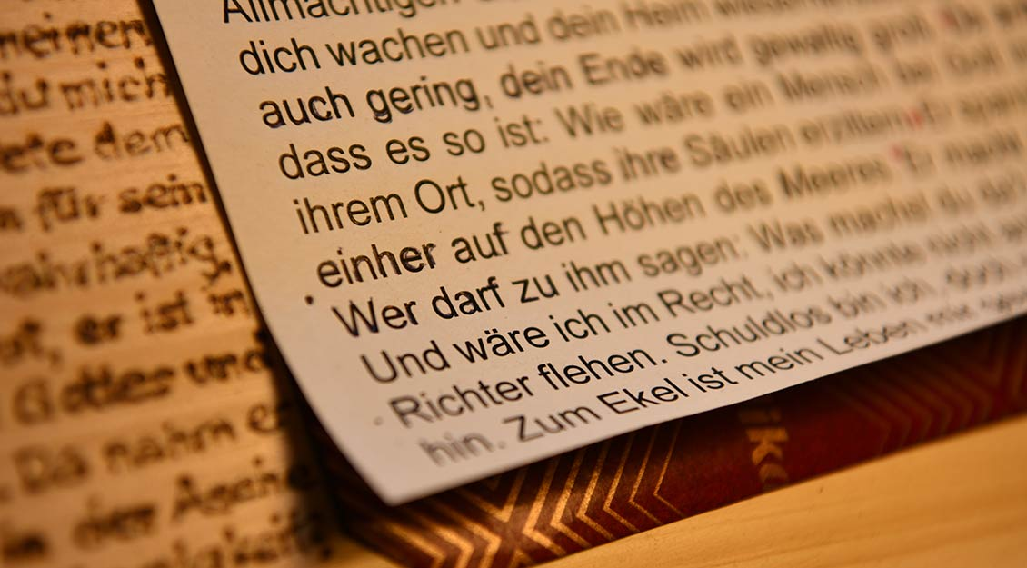 Der vorgeschriebene Text wird ausgedruckt und auf das Holz durchgedrückt. Danach zieht Paus die Linien mit dem Brennkolben nach. | Foto: Michael Bönte