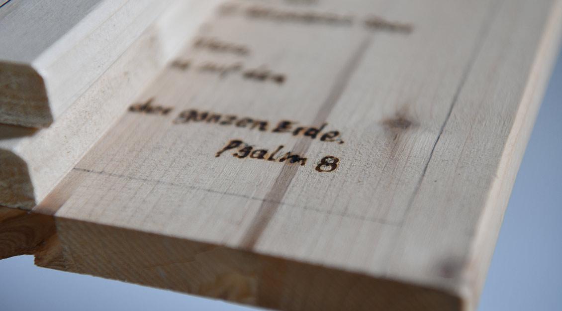Auch Psalm 8 hat seinen Weg auf die Sarg-Bretter gefunden. | Foto: Michael Bönte