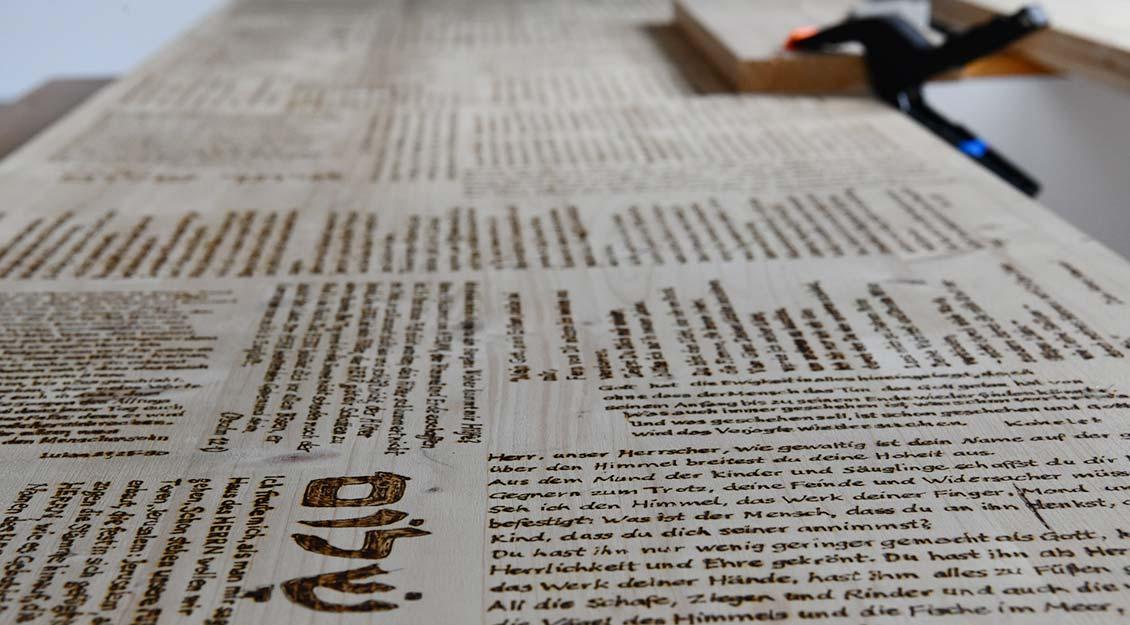 Der Deckel des Sargs ist bereits voll mit Texten. | Foto: Michael Bönte