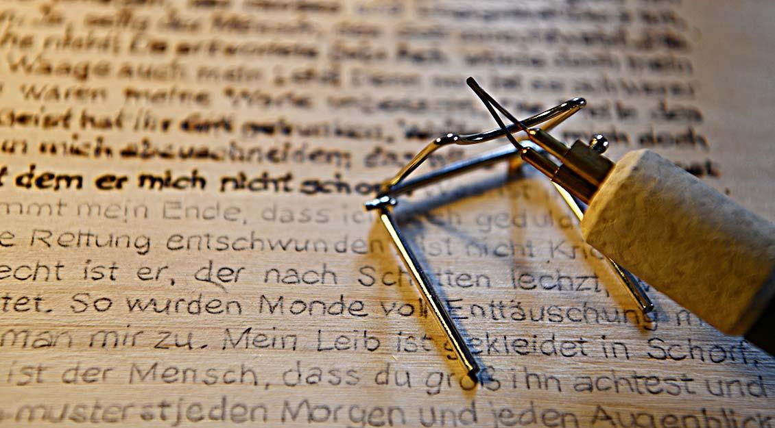 Der Brennkolben, mit dem Paus die Texte ins Nadelholz arbeitet. | Foto: Michael Bönte