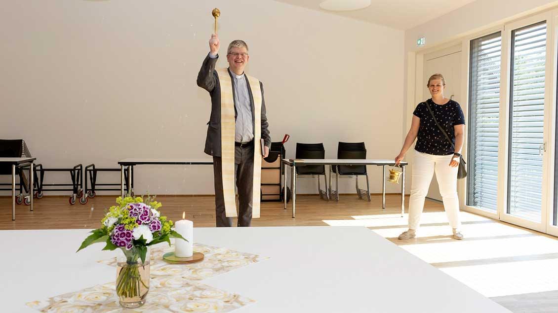 Pfarrer Martin Klüsener segnete die Räume des neuen Pfarrheims.