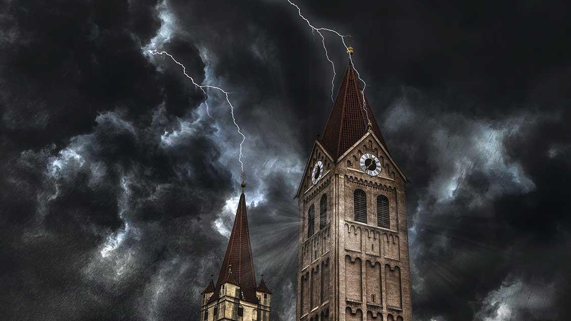 Gewitterblitz an einem Kirchturm
