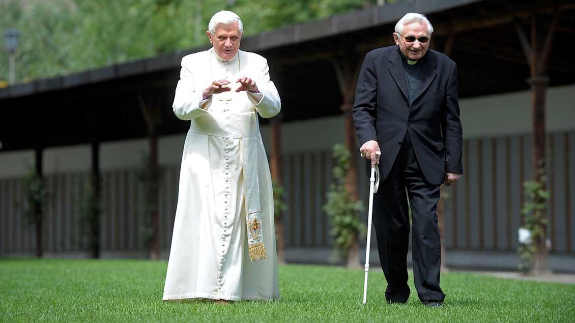 Papst Benedikt XVI. (links) beim Spaziergang mit seinem Bruder Georg Ratzinger im Jahr 2008.