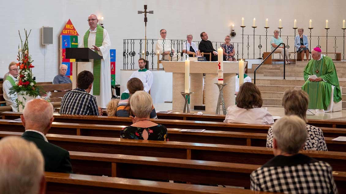 Pater Marek (am Ambo) wird ins Provinzhaus nach München wechseln und das Team der Pfarrei St. Willibald unterstützen.
