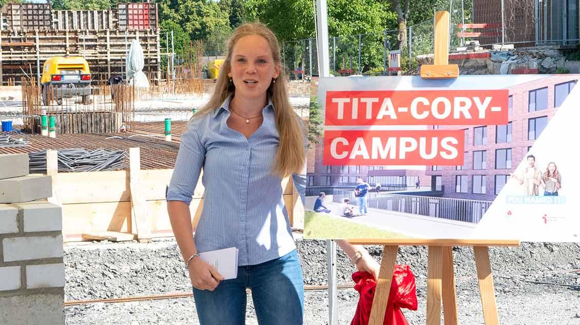 """Louisa Oste, Studentin und Sprecherin der Jury des Namenswettbewerbs, präsentierte den neuen Namen """"Tita-Cory-Campus""""."""