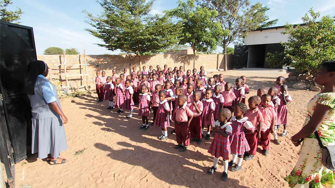 Schülerinnen und Schüler im Schulzentrum begrüßen ihre Lehrerin. | Foto: Norbert Ortmanns