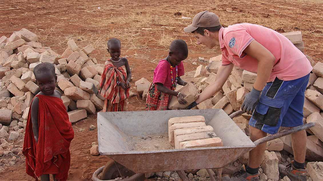 Auf den Baustellen im Schulzentrum knüpfen die deutschen Freiwilligen schnell Kontakt mit den einheimischen Kindern. | Foto: Norbert Ortmanns