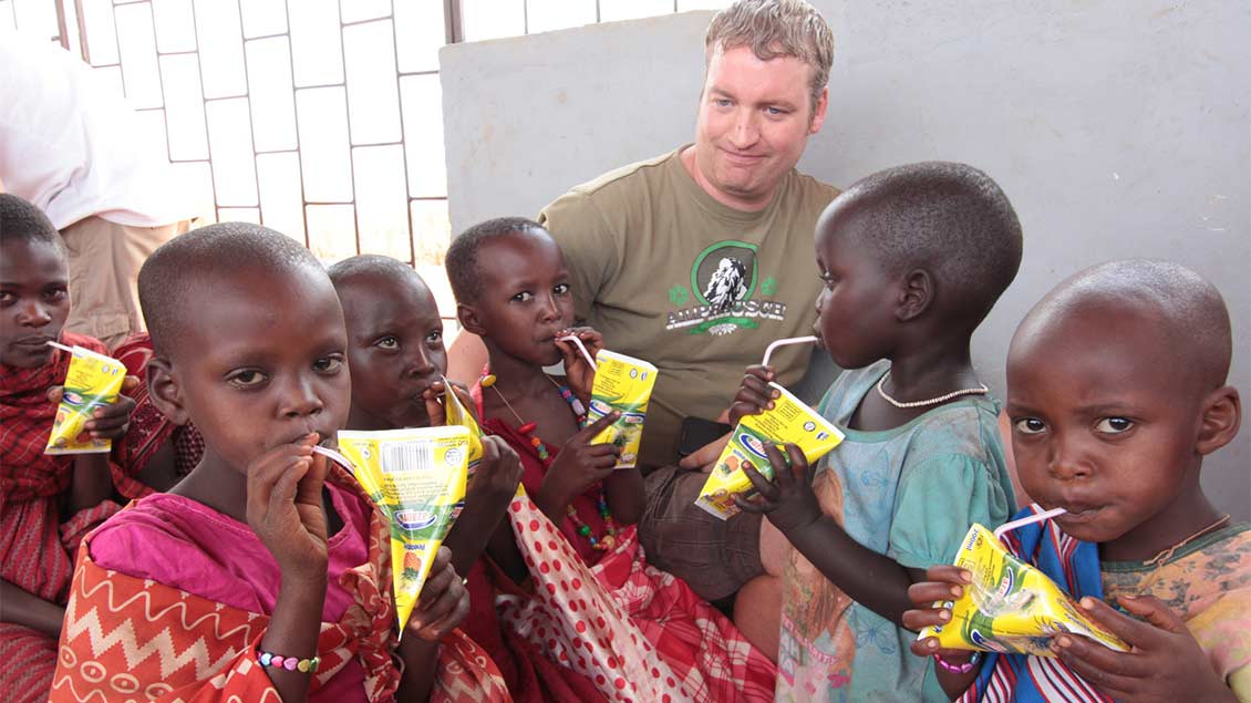 Gemeinsame Pause: Massai-Kinder genießen im Schulzentrum eine Erfrischung. | Foto: Norbert Ortmanns
